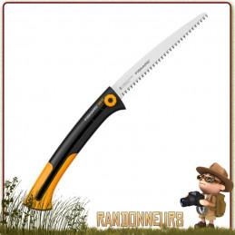 La scie rétractable SW75 Fiskars propose une denture idéale pour élaguer les arbres et arbustes en randonnée bushcraft